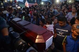 Entierro de víctimas en Alotenango
