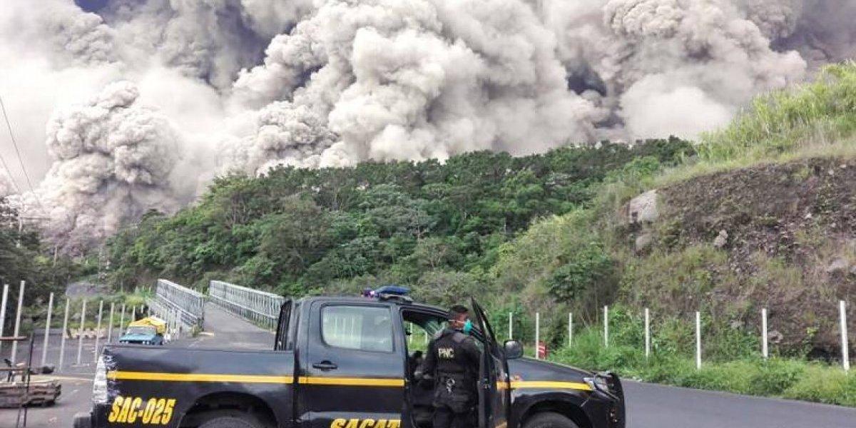 ¿Qué podría haber causado que el material volcánico se dirigiera hacia las comunidades?