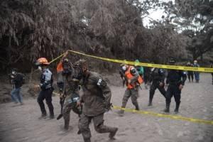 rescatistas en área afectada por erupción del volcán de Fuego