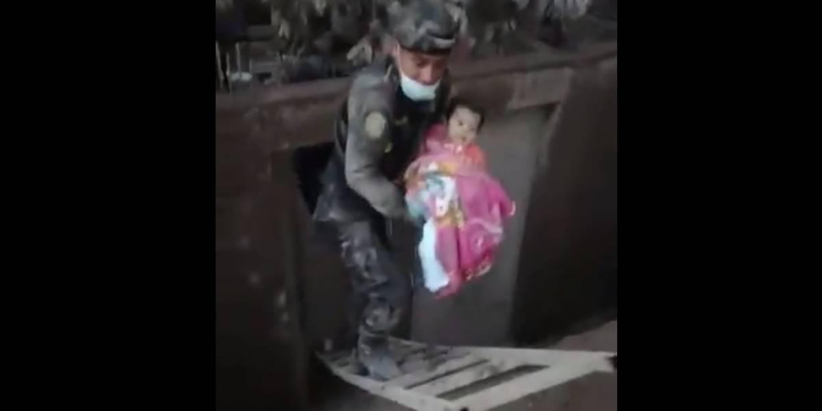 Graban momento en que elemento de PNC rescata a bebé tras erupción del volcán de Fuego