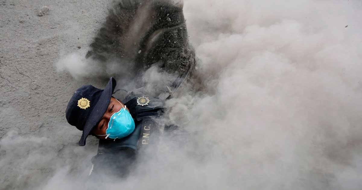 Policial tenta fugir da nuvem de gás tóxica expelida pelo vulcão, na cidade de San Miguel Los Lotes Foto: REUTERS/Luis Echeverria