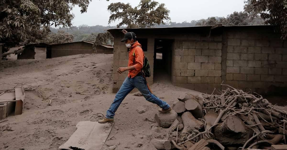 Homem caminha sobre destroços na comunidade de de San Miguel Los Lotes, na Guatemala, que foi destruída pela erupção do Vulcão Foto: REUTERS/Luis Echeverria