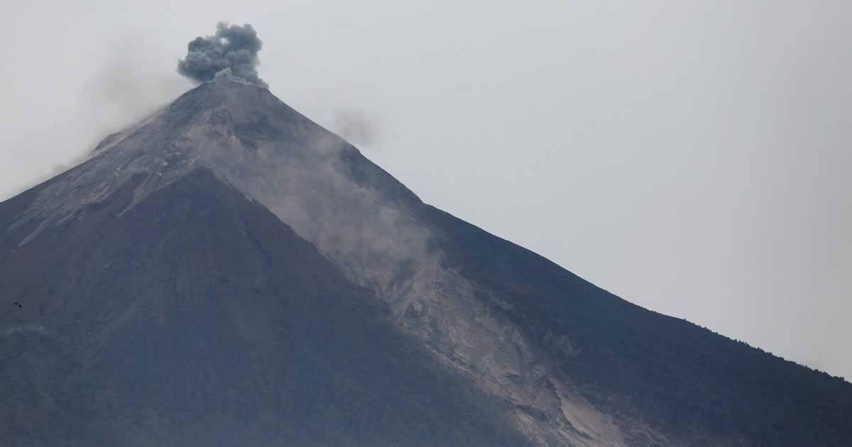 Visão do cume do vulcão que entrou em erupção neste domingo, na Guatemala Foto: REUTERS/Luis Echeverria
