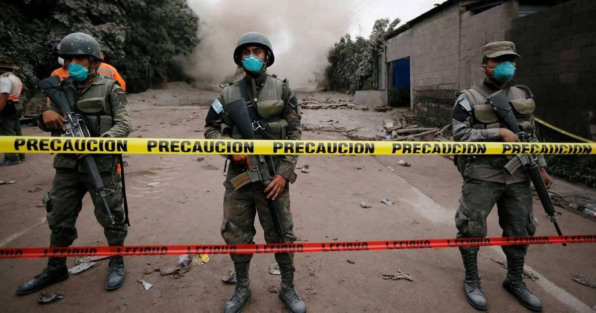 Soldados fazem cordão de isolamento em áreas consideradas perigosas próximas ao vulcão Foto: REUTERS/Luis Echeverria