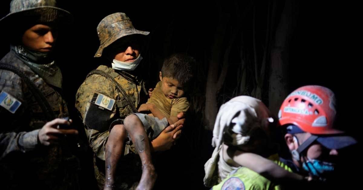 Soldados levam crianças cobertas de cinzas ao hospital na região de El Rodeo, que foi fortemente afetada pela erupção do vulcão REUTERS/Fabricio Alonzo
