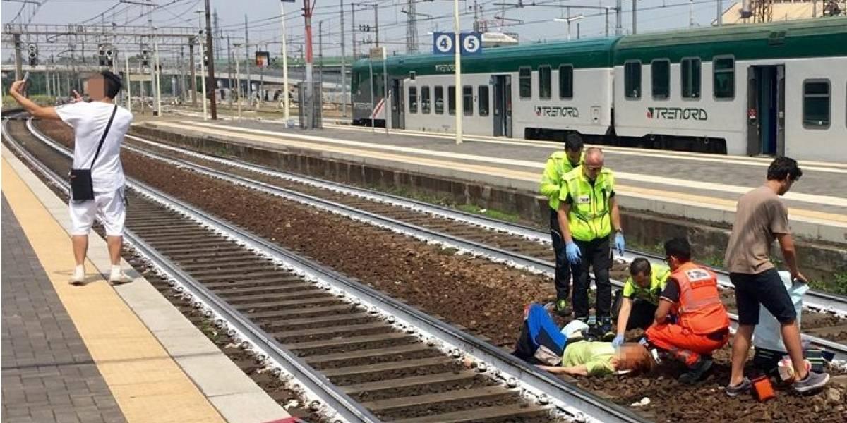 """""""Nos merecemos la extinción"""": mujer es atropellada por un tren y un sujeto se saca una selfie mostrando la """"V"""" de victoria con sus dedos"""