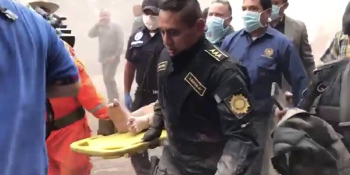 VIDEO. Diputado sufre quemaduras en los pies al estar en un área de la tragedia del volcán de Fuego
