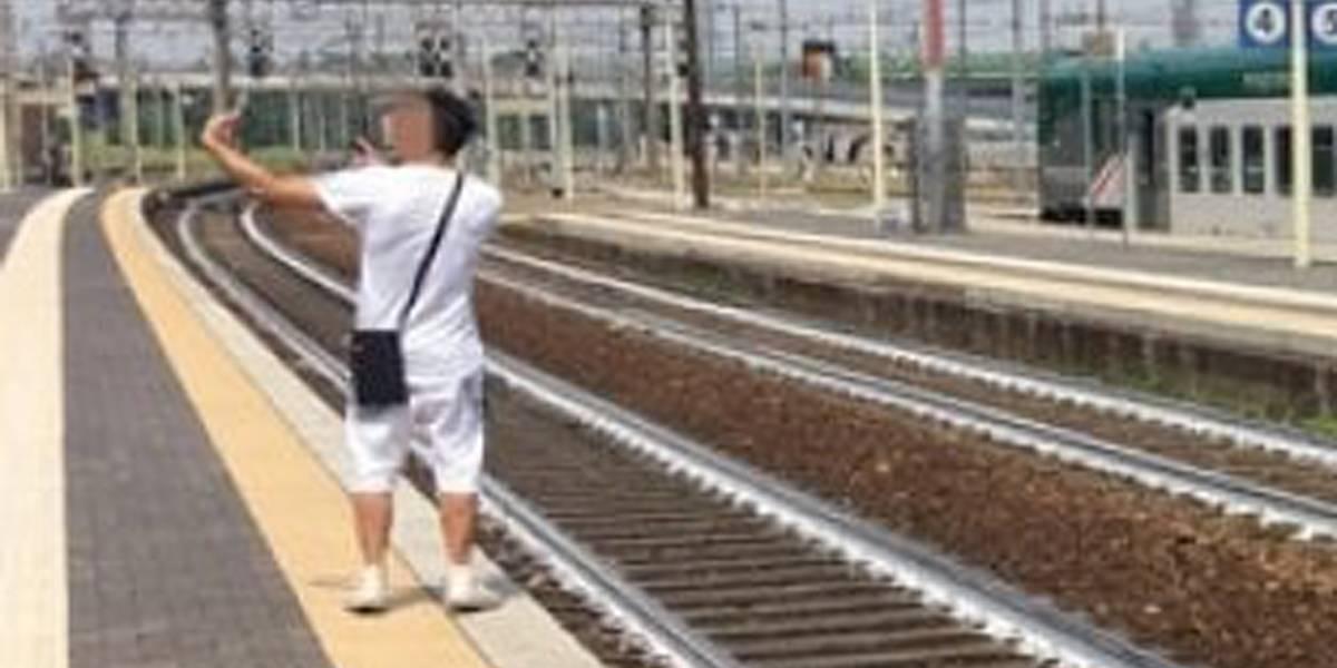 Jovem faz selfie enquanto mulher ferida por trem é socorrida