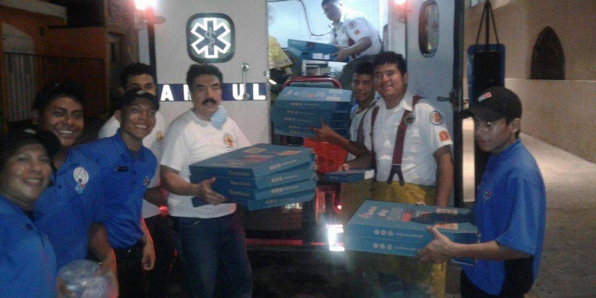 Reparten pizza en aldeas afectadas por la erupción del Volcán de Fuego