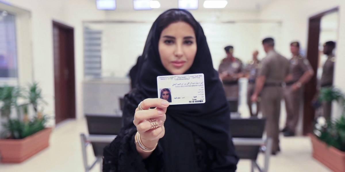 Por primera vez, Arabia Saudita emite licencias de conducir a mujeres