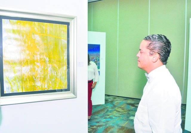 Alan Estévez observa una de las obras expuestas. Fuente Externa