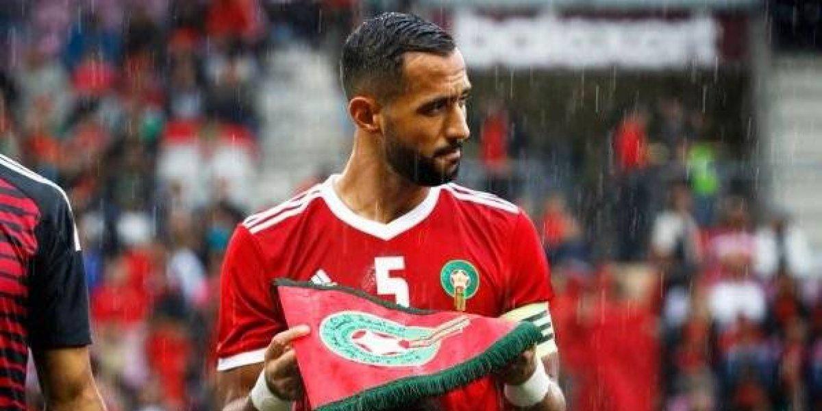FOTO: Futbolista marroquí cubre a niña de lluvia durante partido