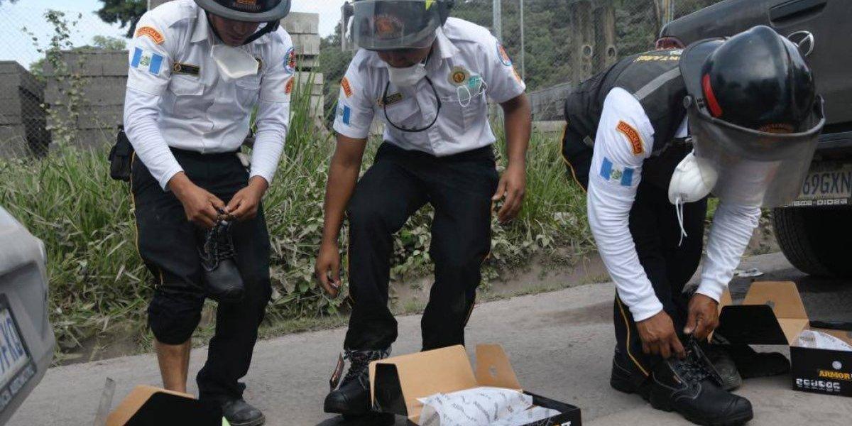 Empresa dona zapatos especializados a rescatistas en volcán de Fuego