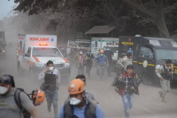 Volcán de Fuego sigue lanzando columnas de ceniza en Guatemala