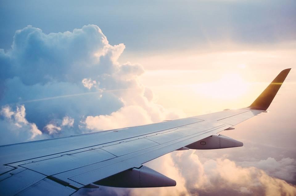 ¿Qué pasaría si estás en un vuelo y no pones tu celular en modo avión?