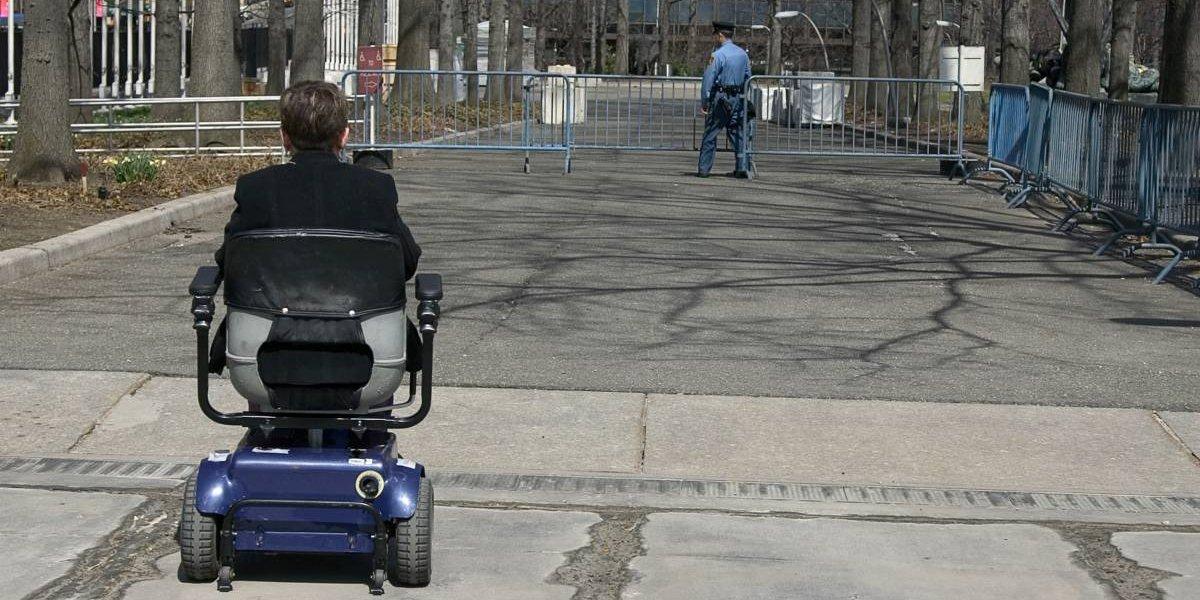 """Le amputaron ambas piernas por la diabetes y en el hospital le negaron una silla de ruedas eléctrica porque """"no está lo suficientemente discapacitado"""""""