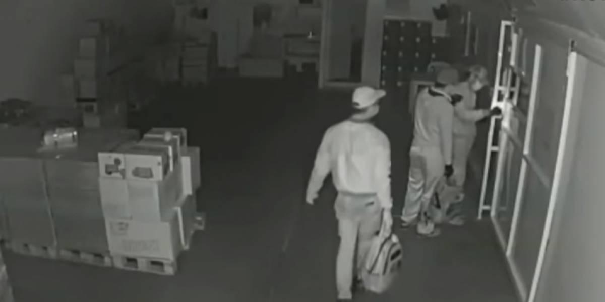 ¡Mala suerte!, tres hombres intentaron hurtar un supermercado y se quedaron encerrados