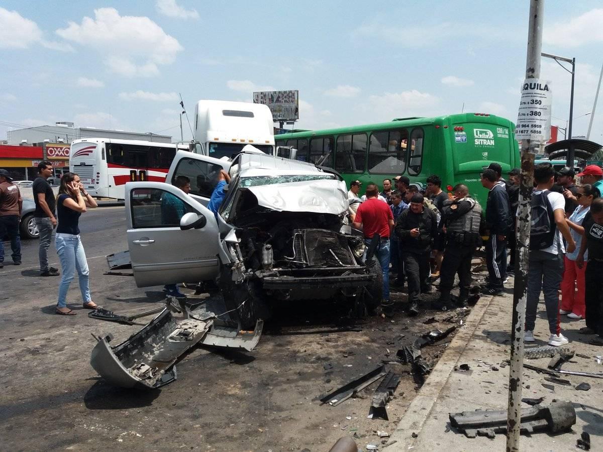 El conductor responsable fue detenido, aseguró que se quedó sin frenos al descender del cerro de El Tapatío. FOTOS: Cortesía Víctor Peralta