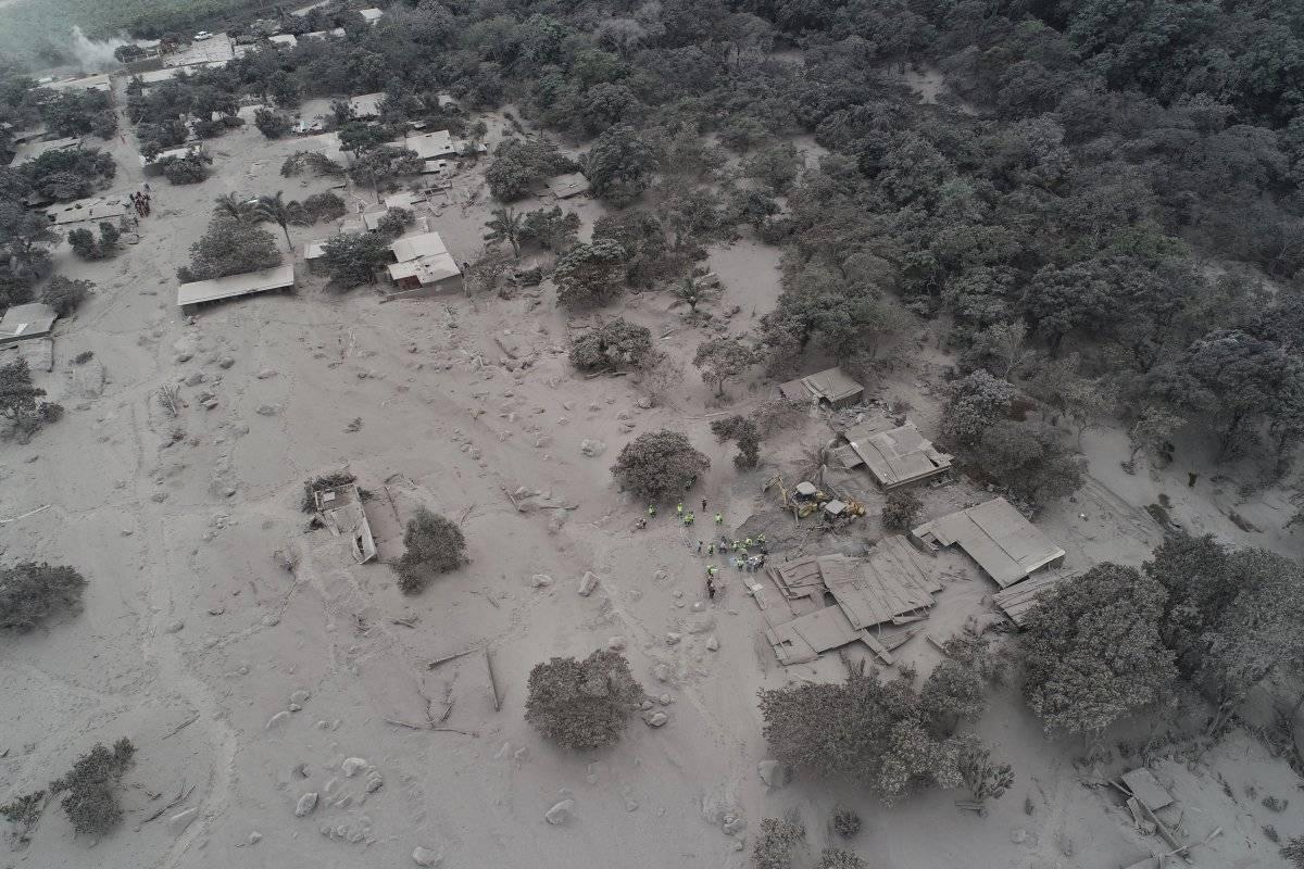 La ceniza volcánica cubre las casas y los árboles cerca del Volcán de Fuego, donde los rescatistas se reúnen en el caserío El Rodeo de Escuintla, Guatemala,