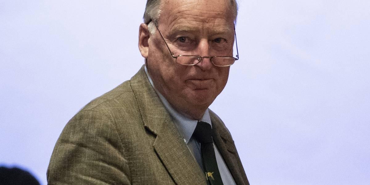Le roban la ropa a político de Alemania mientras nadaba en un lago