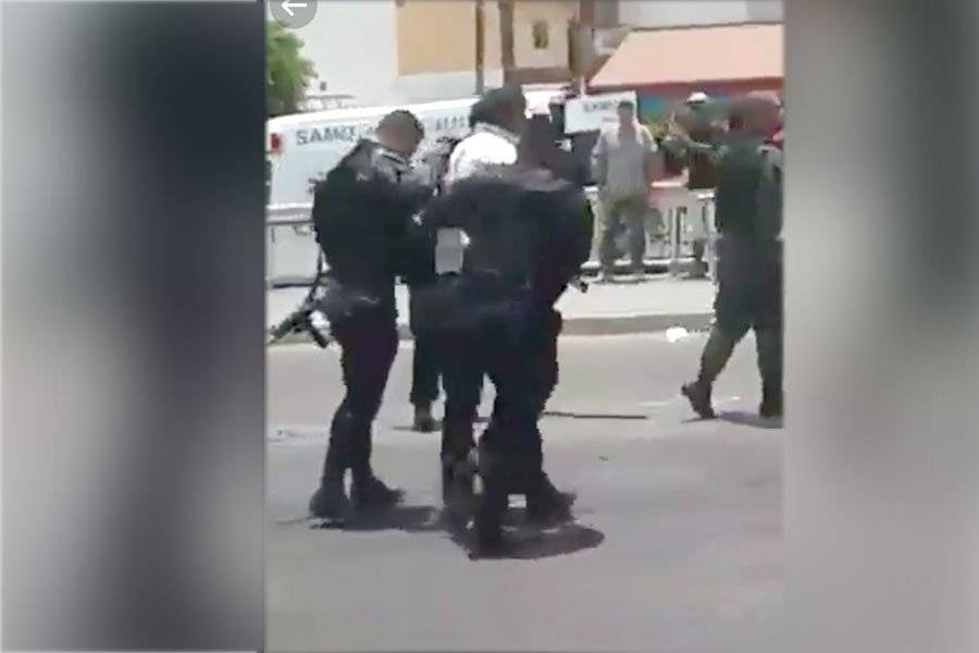 Policías atacan a reportero que cubría un accidente en Tlaquepaque