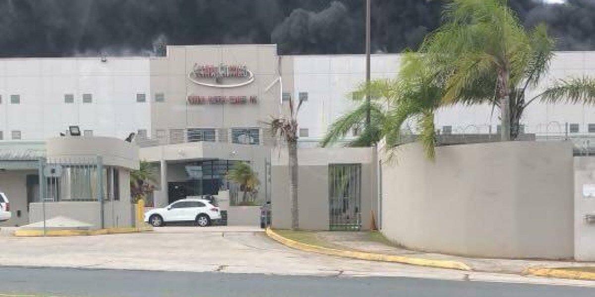 Bomberos combaten fuego en edificio en Caguas