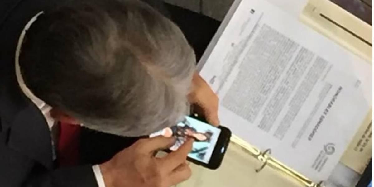 Pillaron a senador viendo las fotos de famosa presentadora colombiana en recinto de plenaria