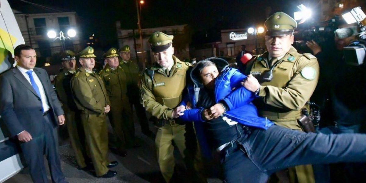 """""""El Danielito"""" arremetió a patadas contra periodistas: presunto homicida del carabinero Galindo es sometido a revisión médica"""