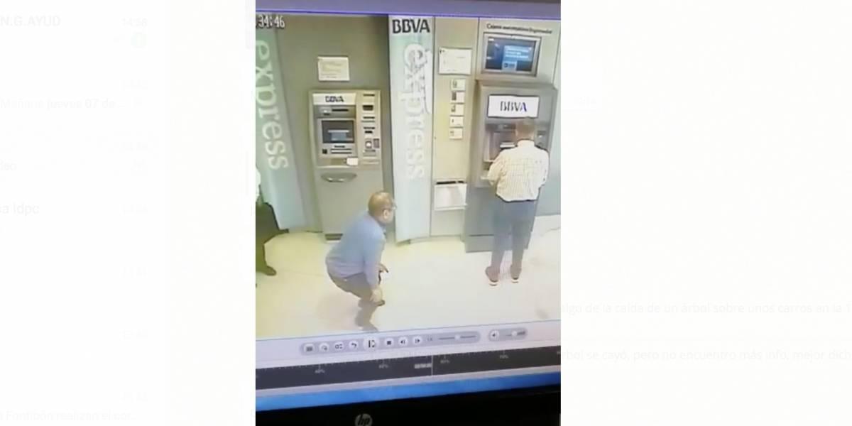 """En este video quedó evidenciado cómo los delincuentes """"engatusan"""" a los ciudadanos para robarles la clave y la tarjeta"""