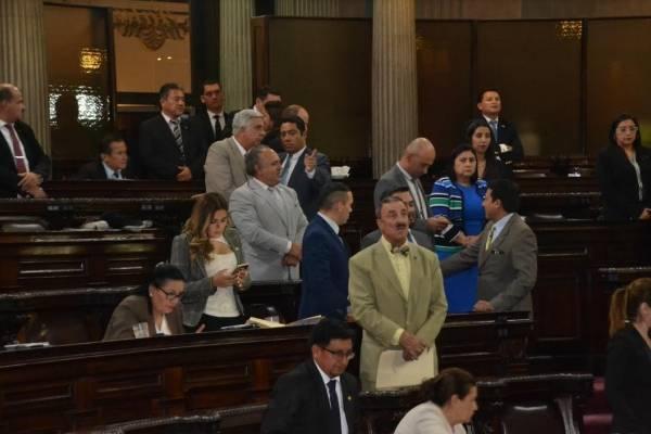 Los congresistas se juntan para apoyar el orden del día.
