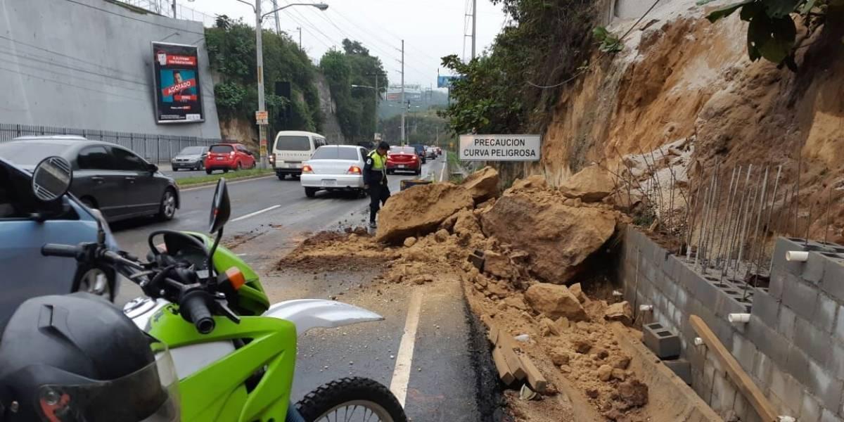 Derrumbe complica la circulación vehicular en San Cristóbal