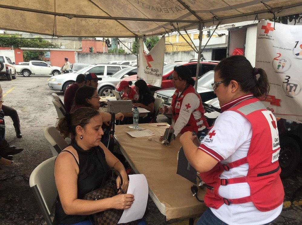Decenas de guatemaltecos acudieron a la Cruz Roja para donar sangre. Foto: Mónica Avila