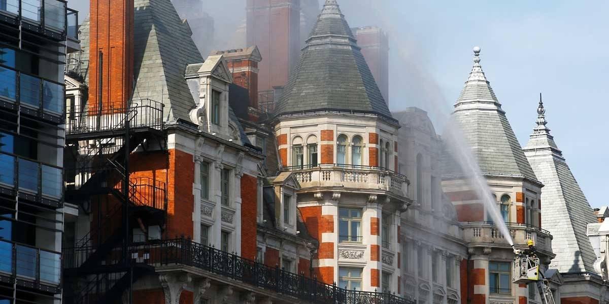Mais de 100 bombeiros são acionados devido a incêndio em hotel em Londres