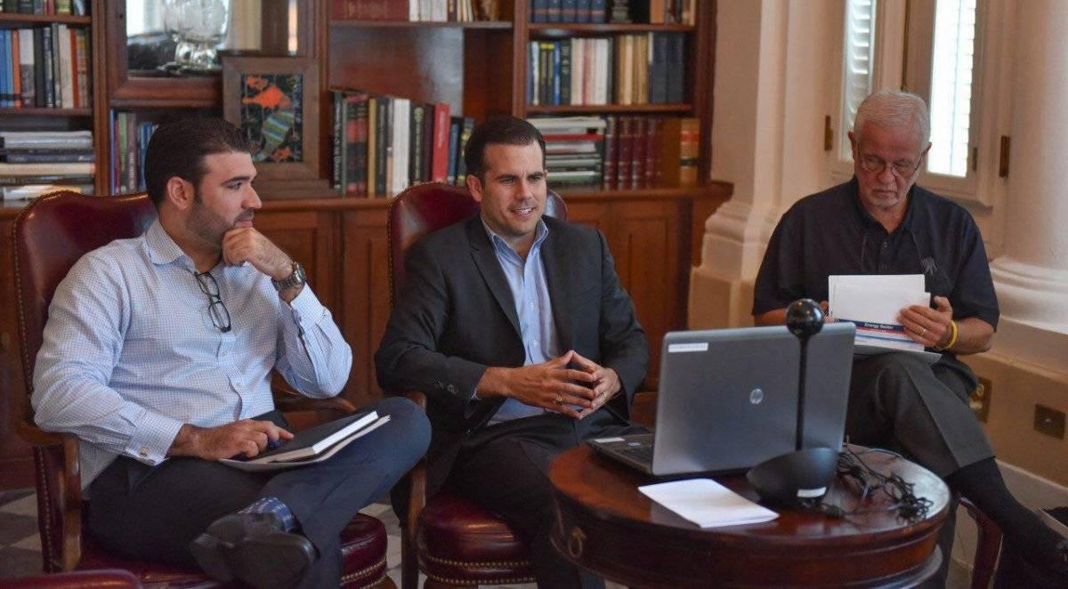 En el centro, el gobernador Ricardo Rosselló Nevares, acompañado del secretario del Departamento de Seguridad Pública, Héctor Pesquera (derecha); y el director ejecutivo de la Administración de Asuntos Federales de Puerto Rico (PRFAA, por sus siglas en in