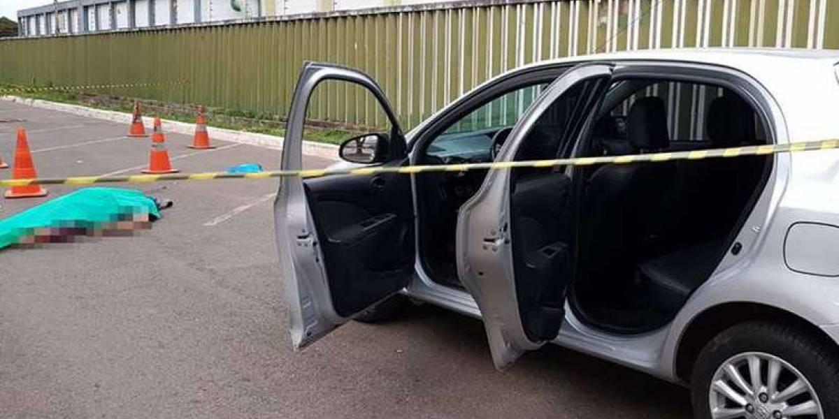 Assaltante tenta levar carro de policial militar e acaba morto
