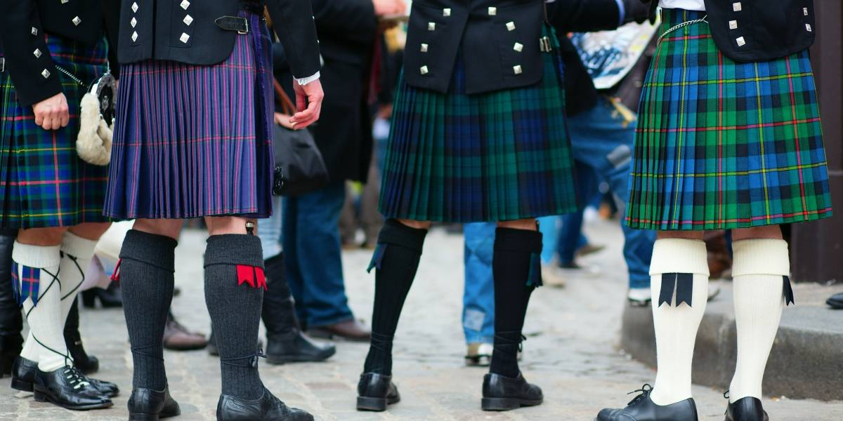 Ola de calor en Reino Unido: Alumnos usan falda como protesta por prohibición de usar shorts