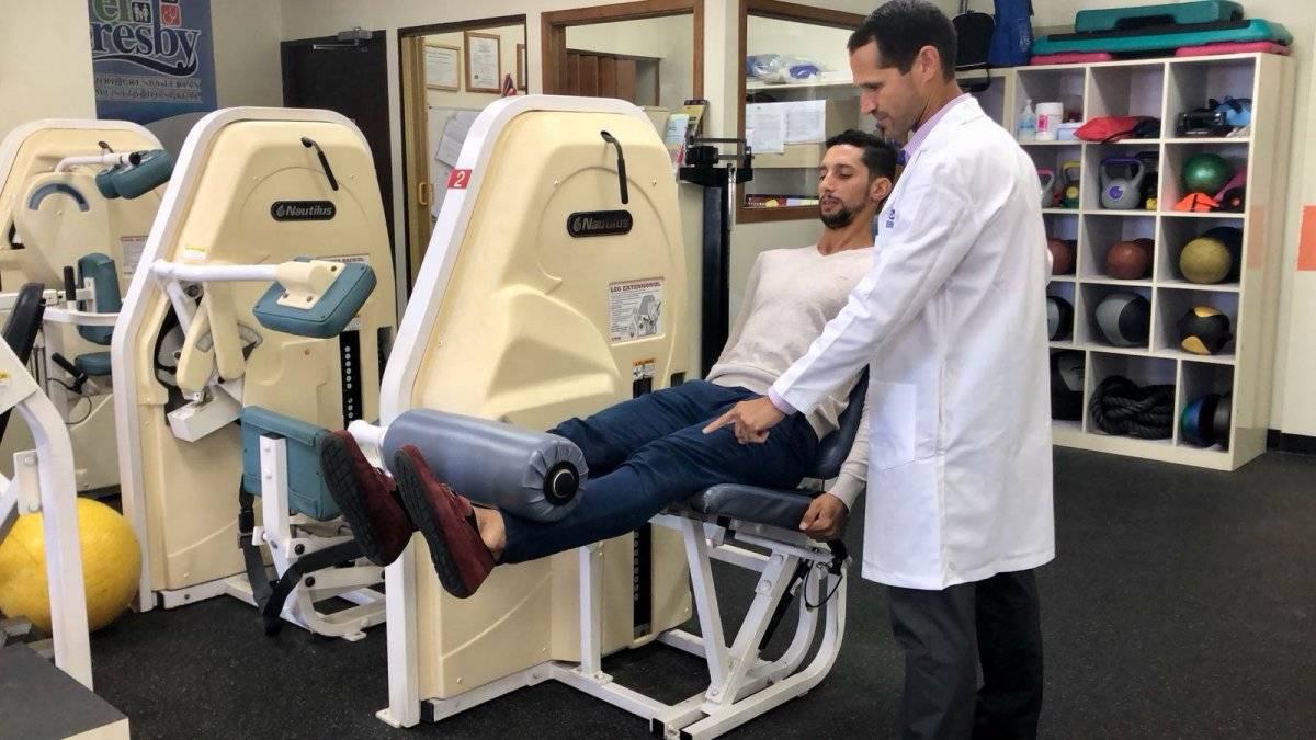 Ernesto Palacios muestra alguno de los ejercicios que realizó, como parte de su proceso de rehabilitación, junto al doctor Riefkohl en el Presby. / Foto: David Cordero Mercado