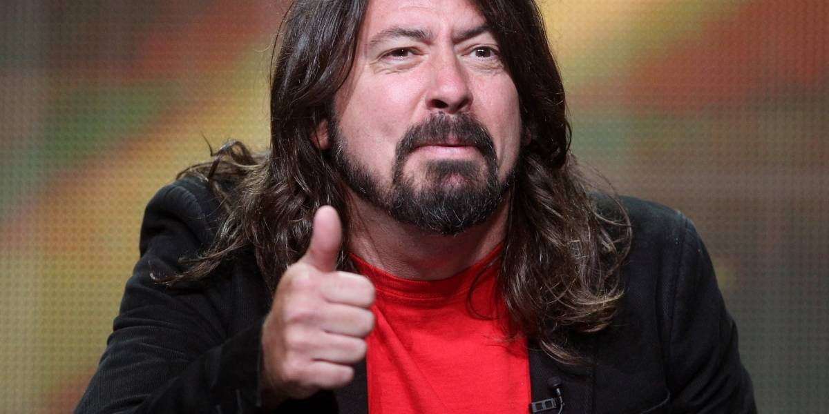 Dave Grohl finge romper su pierna durante un concierto en Suecia