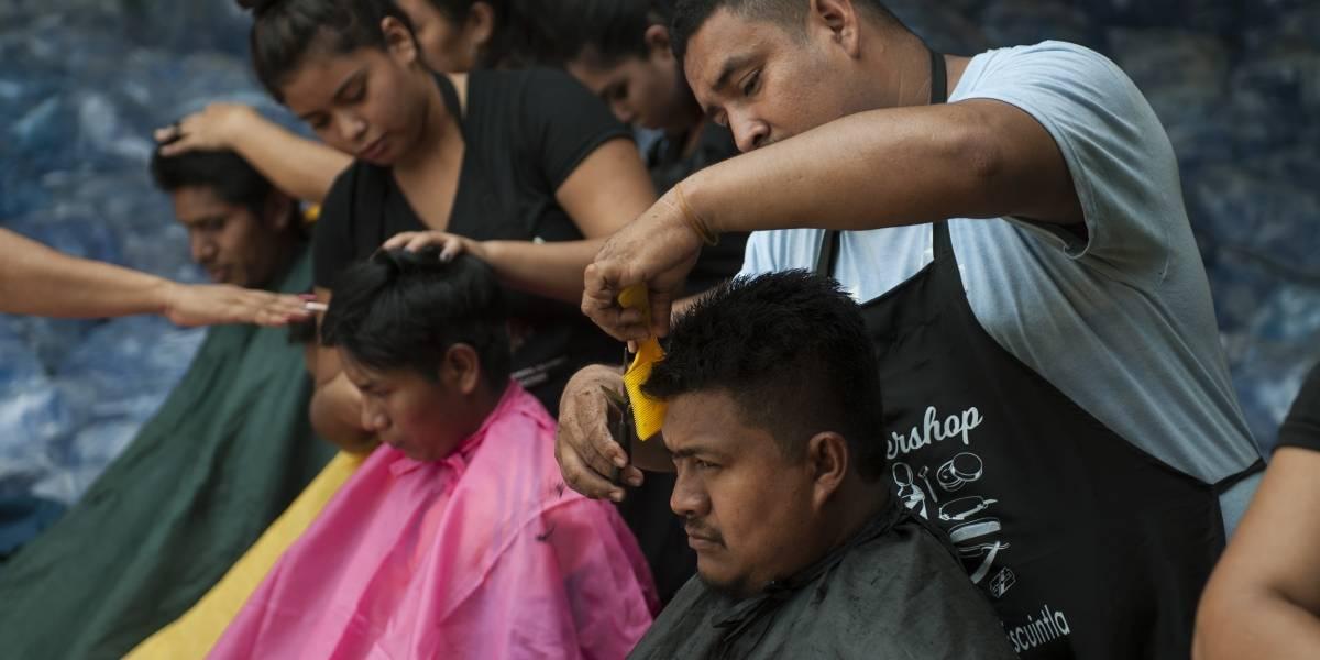 Estilistas regalan cortes de cabello a las víctimas del Volcán de Fuego en Guatemala