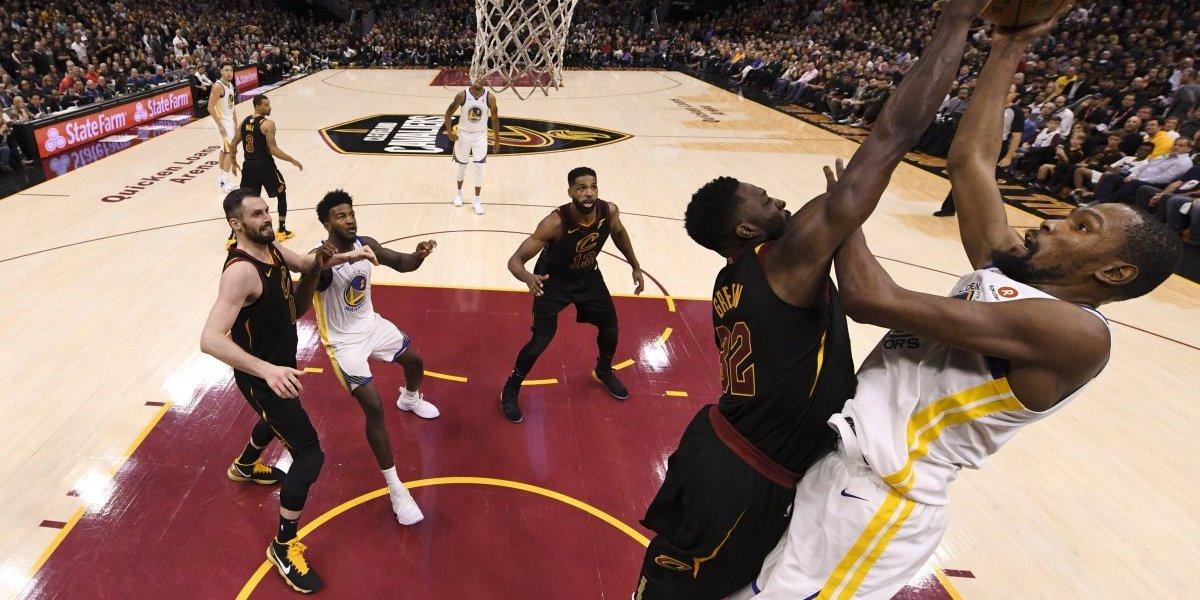 Warriors vence a Cavaliers y está a un triunfo del título de la NBA