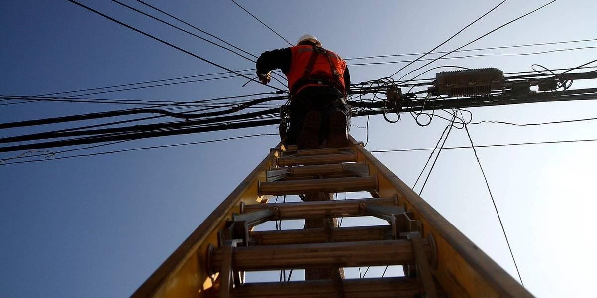 Harán mapa de cables en desuso en zonas críticas de Santiago para hacer los retiros correspondientes