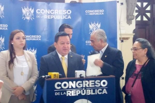 Los diputados entregan una carta para el presidente del Congreso.