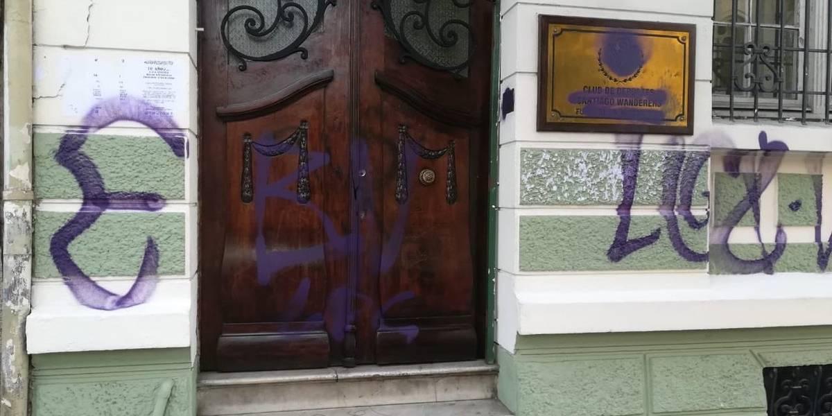 Todo mal en Valparaíso: Hinchas de Everton rayaron sede de Wanderers y hasta le pintaron el escudo