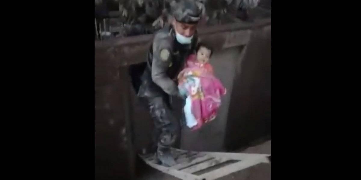 Una luz de esperanza entre la tragedia: encuentran con vida a mamá de bebé rescatada tras erupción del volcán de Fuego en Guatemala