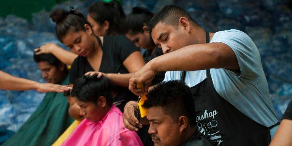 Estilistas regalan cortes de cabello a las víctimas del volcán de Fuego