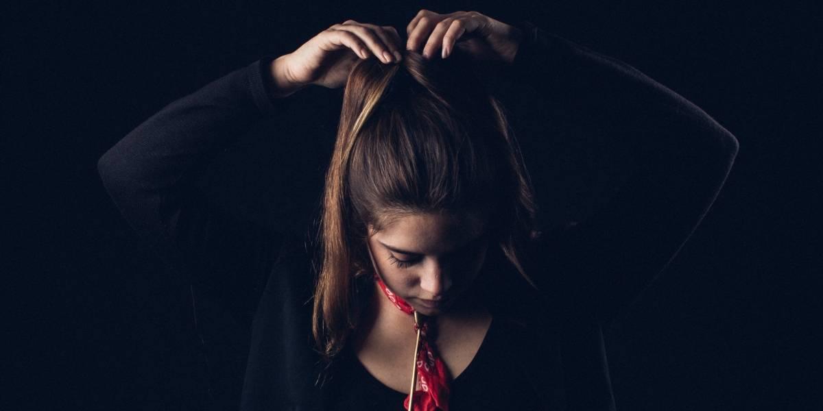 Mujer pierde el cabello tras haberlo teñirlo