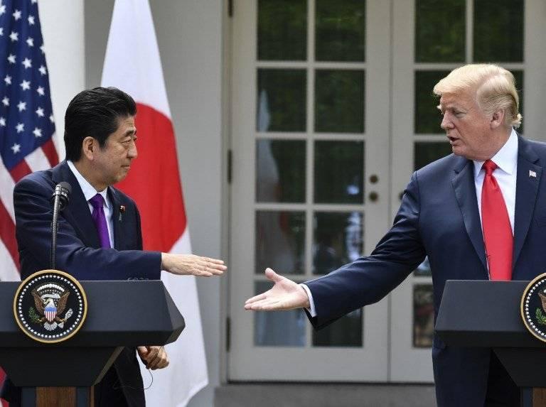 Shinzo Abe y Donald Trump estrechan manos