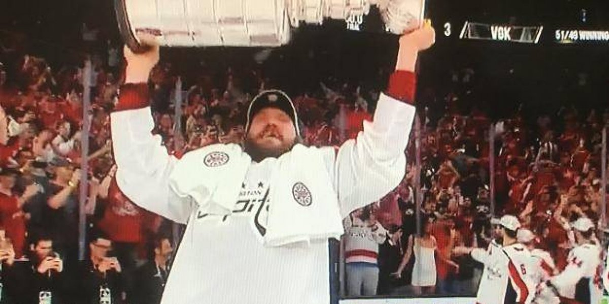 VIDEO: Aficionada presume sus pechos en el campeonato de hockey