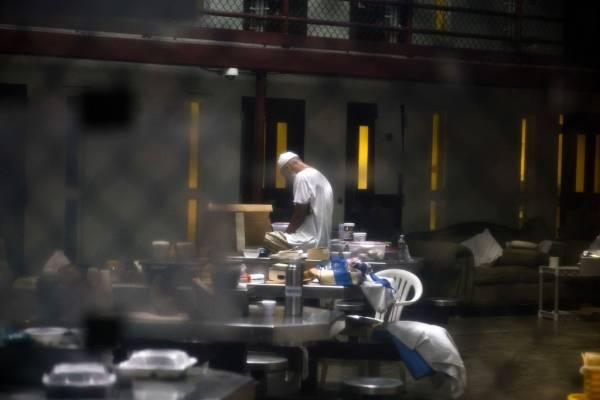 Foto del 6 de junio del 2018, revisada por las autoridades militares estadounidenses, que muestra a un recluso cuya identificación no está permitida rezando en el centro de detención de Guantánamo. Ahora que el presidente estadounidense Donald Trump ha di