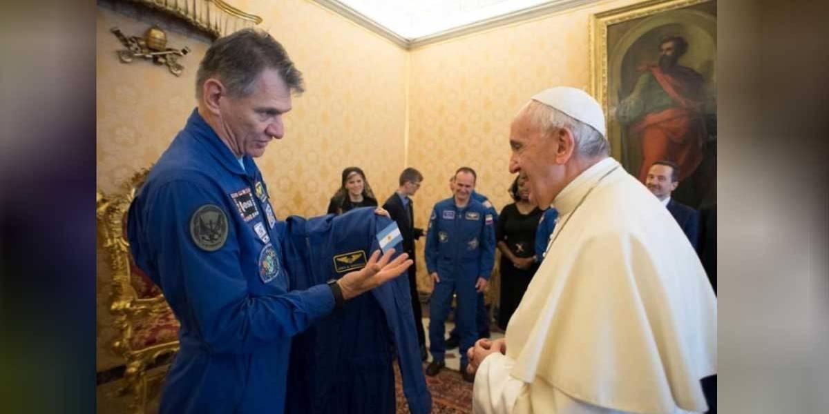 Astronautas dão uniforme espacial personalizado a papa Francisco